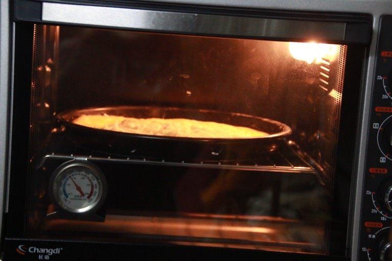 芝士榴莲披萨,放进烤箱,上下220℃烤12分钟。