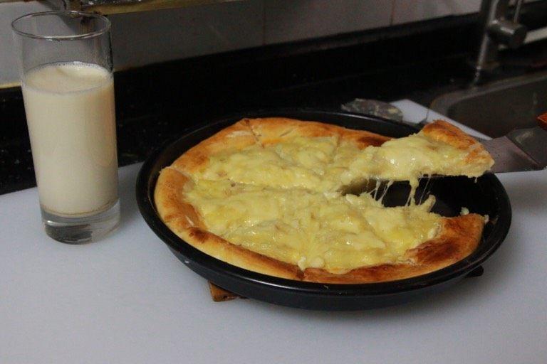 芝士榴莲披萨,拉丝效果。如果你想拉丝更长更直观,马苏里拉芝士切条就必须更粗、分布更均匀。