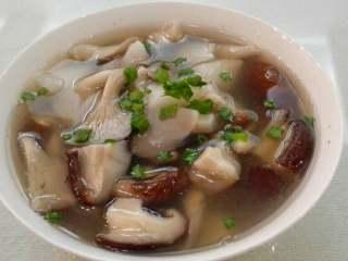香菇平菇山药汤,出锅撒上葱花即可。