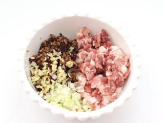 三伏天必备的苦瓜酿肉,和肉末一起放到大的容器里。