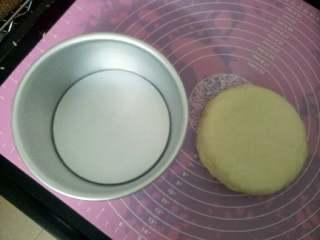 蜜豆牛奶蒸糕,放进底部垫油纸,周边抹薄油的模具