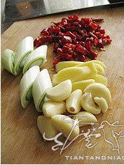 川味红油火锅,大葱切段,姜切片,蒜拍松,干红椒1/2量切小段