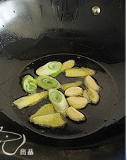 川味红油火锅,锅入油烧热,爆香1/2量的葱、姜、蒜,待其炸成金黄色后捞出