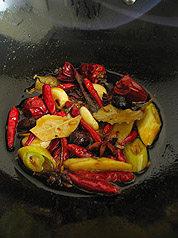 川味红油火锅,略炒片刻,炒出香味