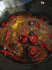 川味红油火锅,倒入大骨汤,加入盐、鸡精大火煮10分钟左右即可