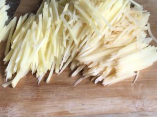 西红柿炒土豆丝,土豆去皮,洗净后切薄片,再切成丝