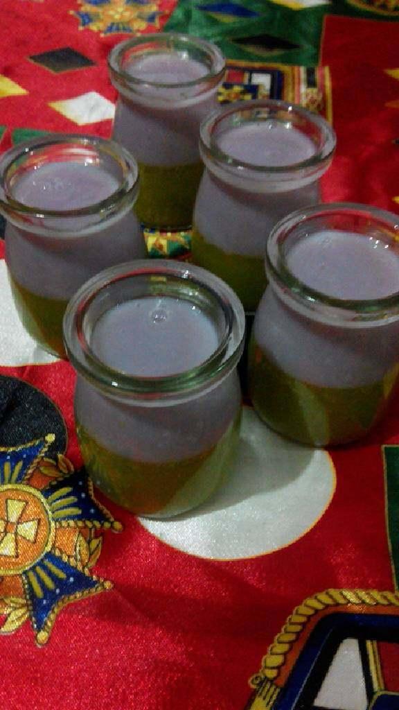 双色布丁,容器里的抹茶液凝固后倒入冷却的香芋补丁液,放通风处。