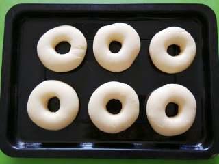 甜甜圈,放温暖的地方二次发酵,看,甜甜圈变成胖乎乎滴了~