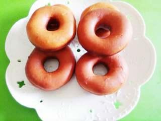 甜甜圈,迅速捞出甜甜圈,沥油备用。