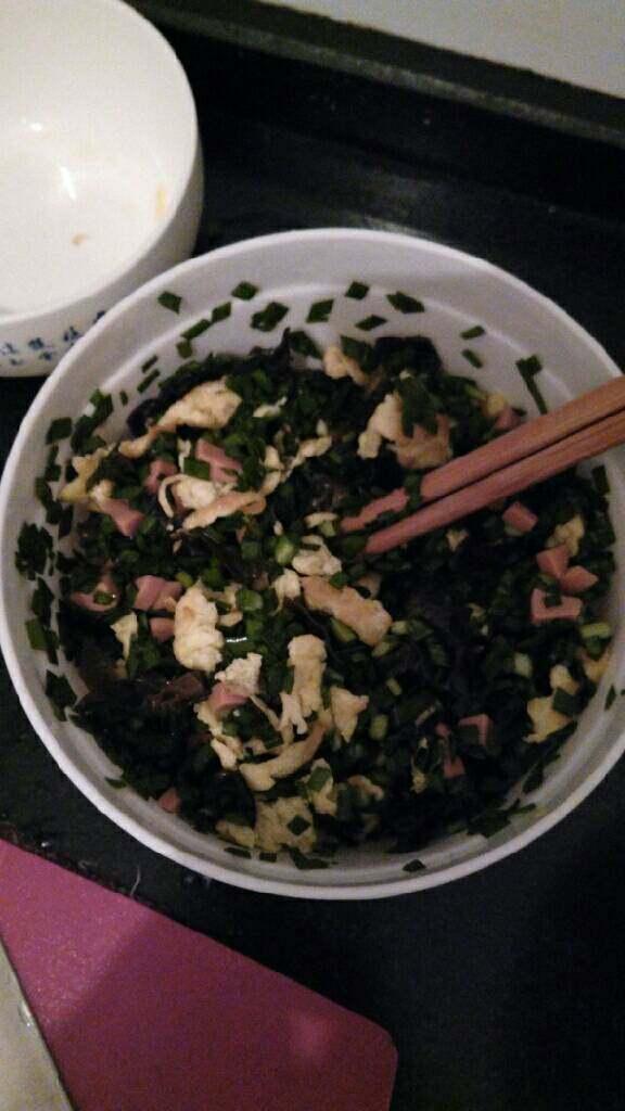 ≈韭菜鸡蛋包≈,把食材混合,加入盐,鸡精,生抽,香油调味