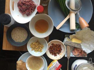 韭菜牛肉虾仁酥饼,前期准备:蒜末炸酥,辣椒面炸香,黄油自然软化,不喜欢吃姜就把姜剁碎榨汁,锅子洗净擦干芝麻炒香