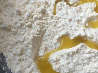 韭菜牛肉虾仁酥饼,面粉拌入常温黄油和橄榄油和少许盐,一点一点加,直到面粉起粒加少量开水揉成面团软硬适中不粘手