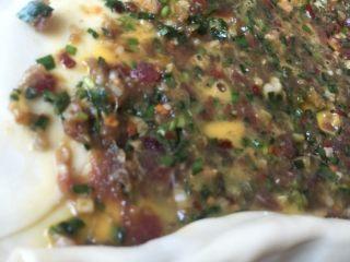 韭菜牛肉虾仁酥饼,刷完蛋均匀的液铺上牛肉馅料