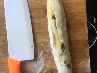韭菜牛肉虾仁酥饼,铺完馅料卷起来