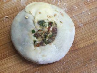 韭菜牛肉虾仁酥饼,切成小短,压成饼装