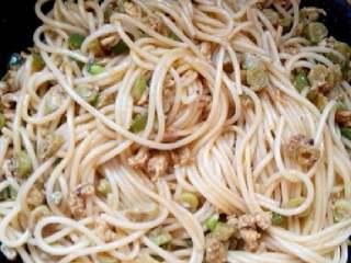 意大利面,翻炒均匀,出锅装盘即可食用。