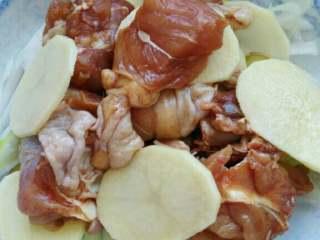 ≈蒸鸡腿≈,接着铺上腌制好的鸡块儿,再铺上几片土豆在铺上鸡块