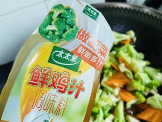 杂炒蔬菜,加入适量的太太乐鲜鸡汁翻炒均匀