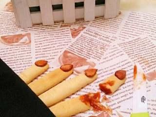 女巫手指饼,把手指摆成长短不一,一端盖上布,取一根饼干掰断涂上番茄酱,边上放把小刀是不是很逼真呀
