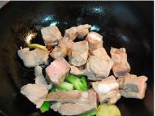 鱿鱼排骨烧莲藕,锅里爆香葱段姜片八角,放入排骨炒到稍稍焦黄;