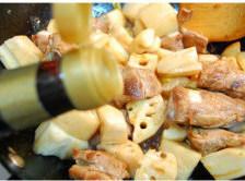 鱿鱼排骨烧莲藕,放生抽,老抽,耗油,香油,炒亮;