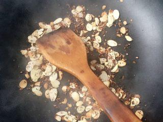 脆的四重奏,如图,杏仁片翻炒,倒入花椒碎