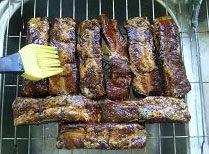 黑椒烤大排,烤前取出排骨,排在烤网上,肉多的一面朝上,用红糖调一个红糖汁刷在排骨表面;