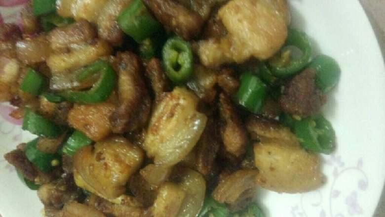 五花肉炒尖椒,盛盘