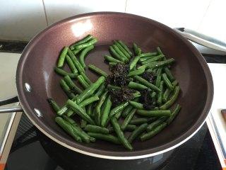 脆的四重奏,放入橄榄菜翻炒,根据口感放点盐