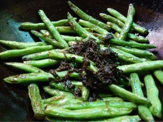 脆的四重奏,如图爆炒至豆角皮变软黄变皱时加入橄榄菜翻炒均匀