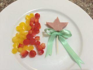 圣诞树,如图火腿切成五角星,穿上牙签,绑好彩带,彩椒做成圆形备用