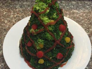 圣诞树,如图番茄酱装入裱花袋挤到西兰花上做彩带装饰,彩椒装饰