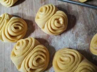 南瓜蝴蝶花卷,做好进行2 次发酵20分钟左右。