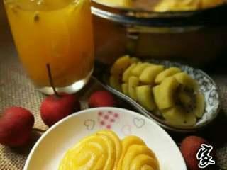 南瓜蝴蝶花卷,配上一杯百香果汁就是一份简单滴早餐啦!