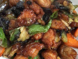 熘肉段,起锅少许油,放入蒜,辣椒,胡萝卜,放入肉段茄子翻炒,倒入调好的料炒均匀,就可以出锅了