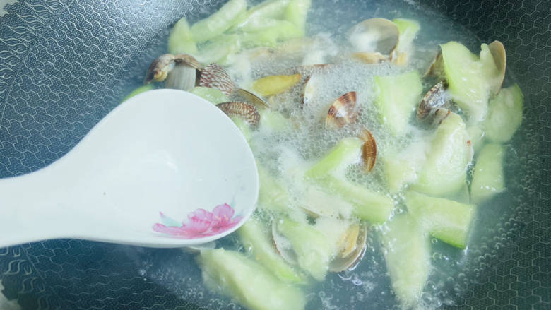花蛤丝瓜汤,撇去浮末