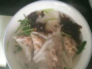 香菇猪肉馅馄饨,起锅坐水,烧开,下馄饨,煮熟后盛入放好料的碗里,香喷喷的馄饨就做好了,赶快开尝尝吧