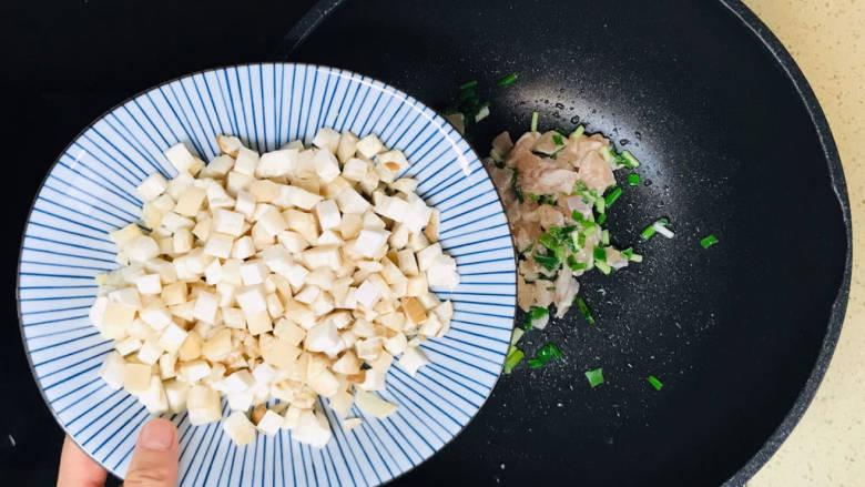 杏鲍菇炒鸡丁,加入杏鲍菇丁