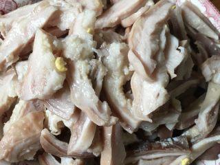 冬日养胃汤,如图,然后把猪肚捞起来,把线剪开,里面的鸡蛋捞出来,凉一会再用剪刀或者刀把猪肚切成小段。再放入锅中,慢炖半小时。也可以趁热先吃鸡蛋。