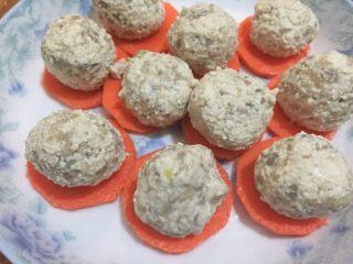 虾仁豆腐丸子,虾泥加入豆腐泥混合均匀,制成虾泥豆腐丸子,胡萝卜切片垫底,装入盘子,盖好保鲜膜,用牙签扎孔上锅蒸15-20分钟。