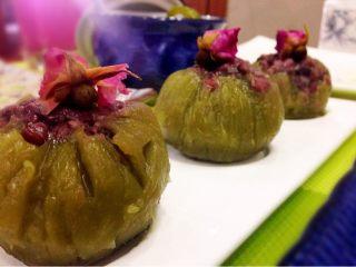 抹茶和菓子,小心剥开保鲜膜,装盘,用泡开的玫瑰花装饰。