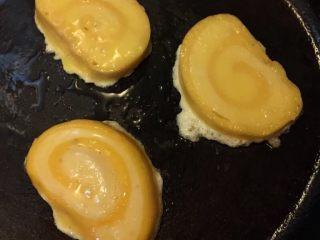 香煎馒头片,如图平底锅热油,油热放入馒头片煎制两面金黄