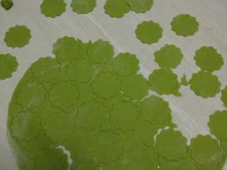 菠菜蝴蝶面,取出一小团面团,柔好用擀面杖擀成一片薄厚适中的饼皮,再用花纹模子印出一个个花纹
