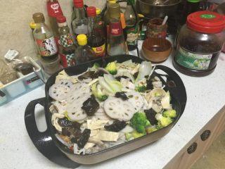 麻辣干锅,把所有焯好控干水的蔬菜放在锅里上盖小火焖1分钟