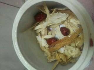 炖鸡汤,在将剩下的材料铺在炖锅里