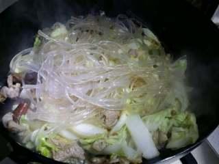 羊肉白菜粉条,放入事先泡软的粉丝,翻炒后盖上盖小火五分钟。