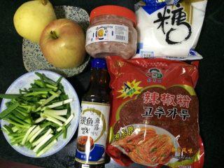 辣白菜,其中姜、蒜、梨、苹果需要搅拌成泥