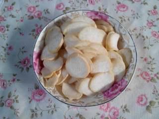 杏鲍菇炒西兰花,杏鲍菇洗净切成片。