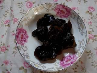杏鲍菇炒西兰花,黑木耳用热水泡发,洗洗,撕成小块。