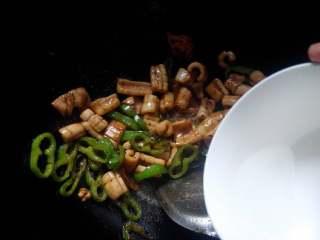 鱿鱼炒尖椒,最后加少许清水,2分钟关火。